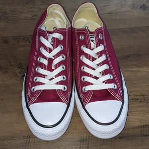 BNWT Low Top Burgundy Converse Size 7